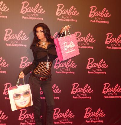 Наша манекенка дефилира в дрехи на Барби