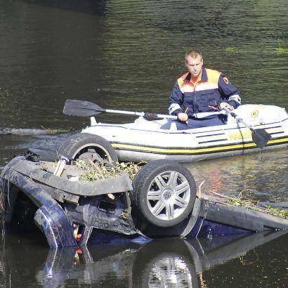 Семейство падна с кола в река, мъжът загина