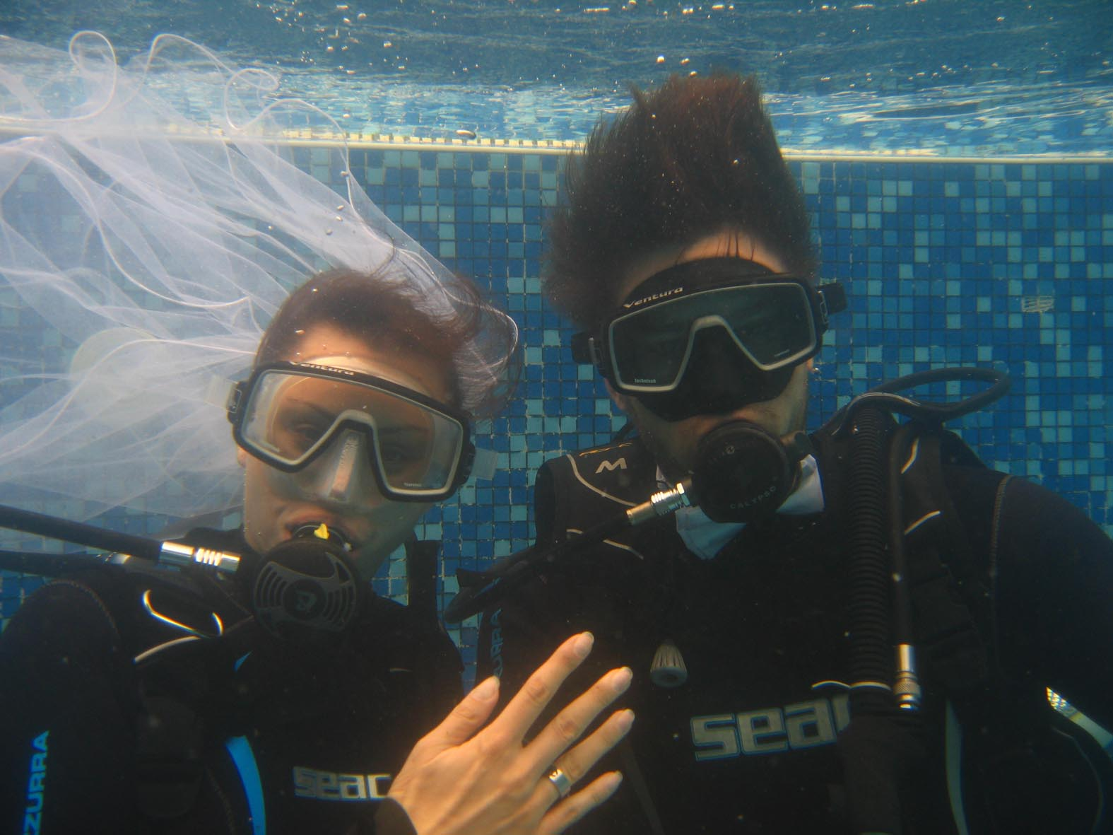 Български младоженци вдигнаха сватба под вода