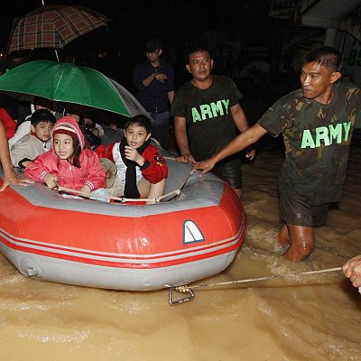 Филипинец спаси 30 души от наводнение и загина