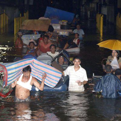 Стотици жертви на наводненията във Филипините