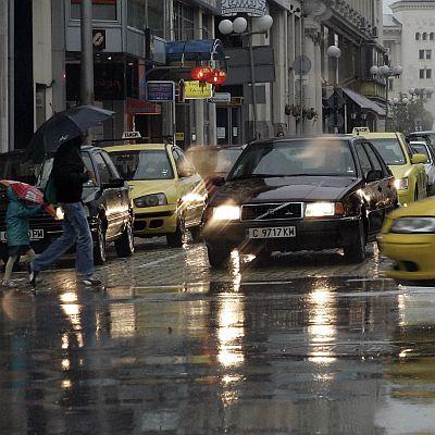 Наводнени улици и закъсали коли след пороите