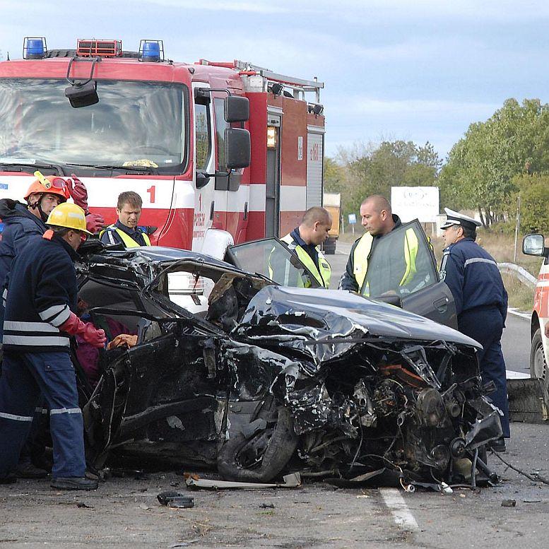 Четирима загинаха при две катастрофи
