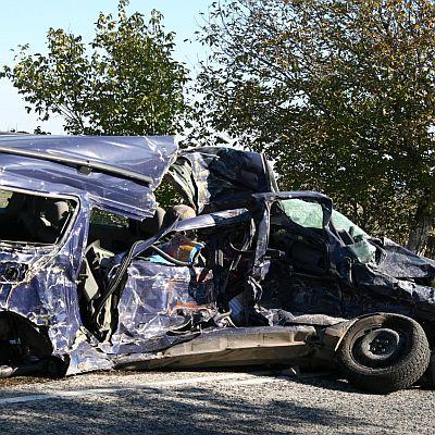 Двама мъже загинаха след удар на кола в багер и камион