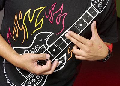 Хай-тек тениска за меломани: китара, върху която може да се свири