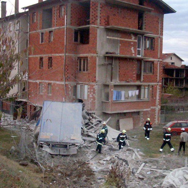 ТИР се вряза в блок в Кюстендил, един загина