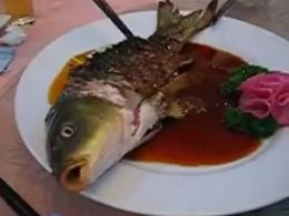 Китайци пържат жива риба, ядат я, докато още диша