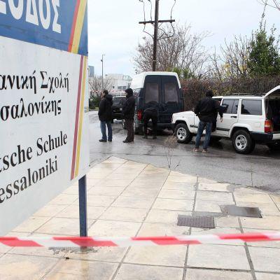 Въоръжен мъж държа заложници в колеж в Солун