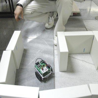 БГ-учени разработват футболисти роботи