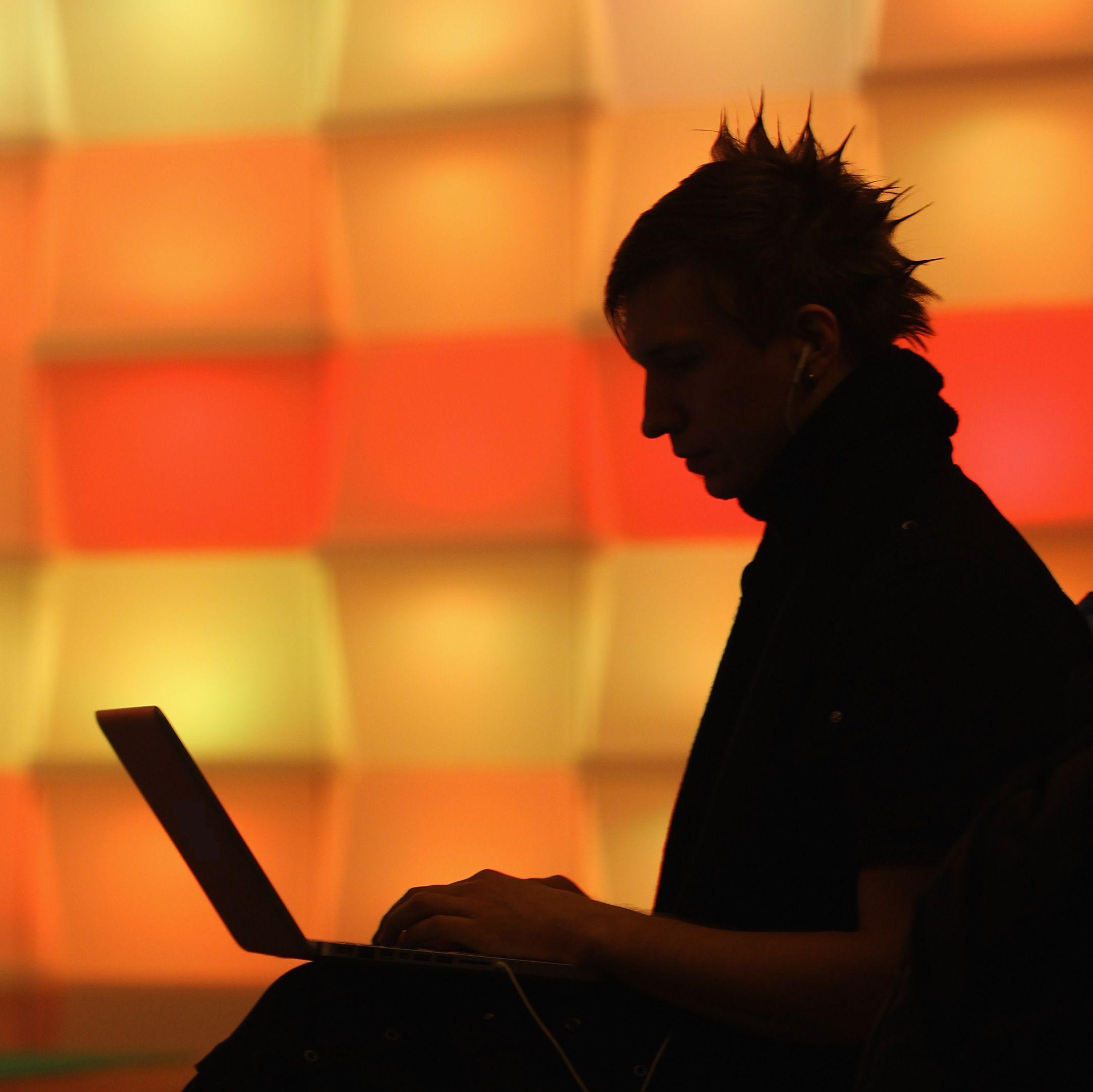 Арестуваха хакер, търгувал с лични данни