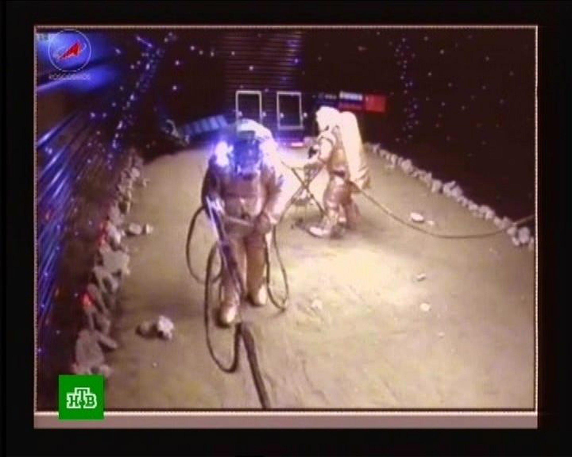 "Двама доброволци се ""разходиха"" на Марс"