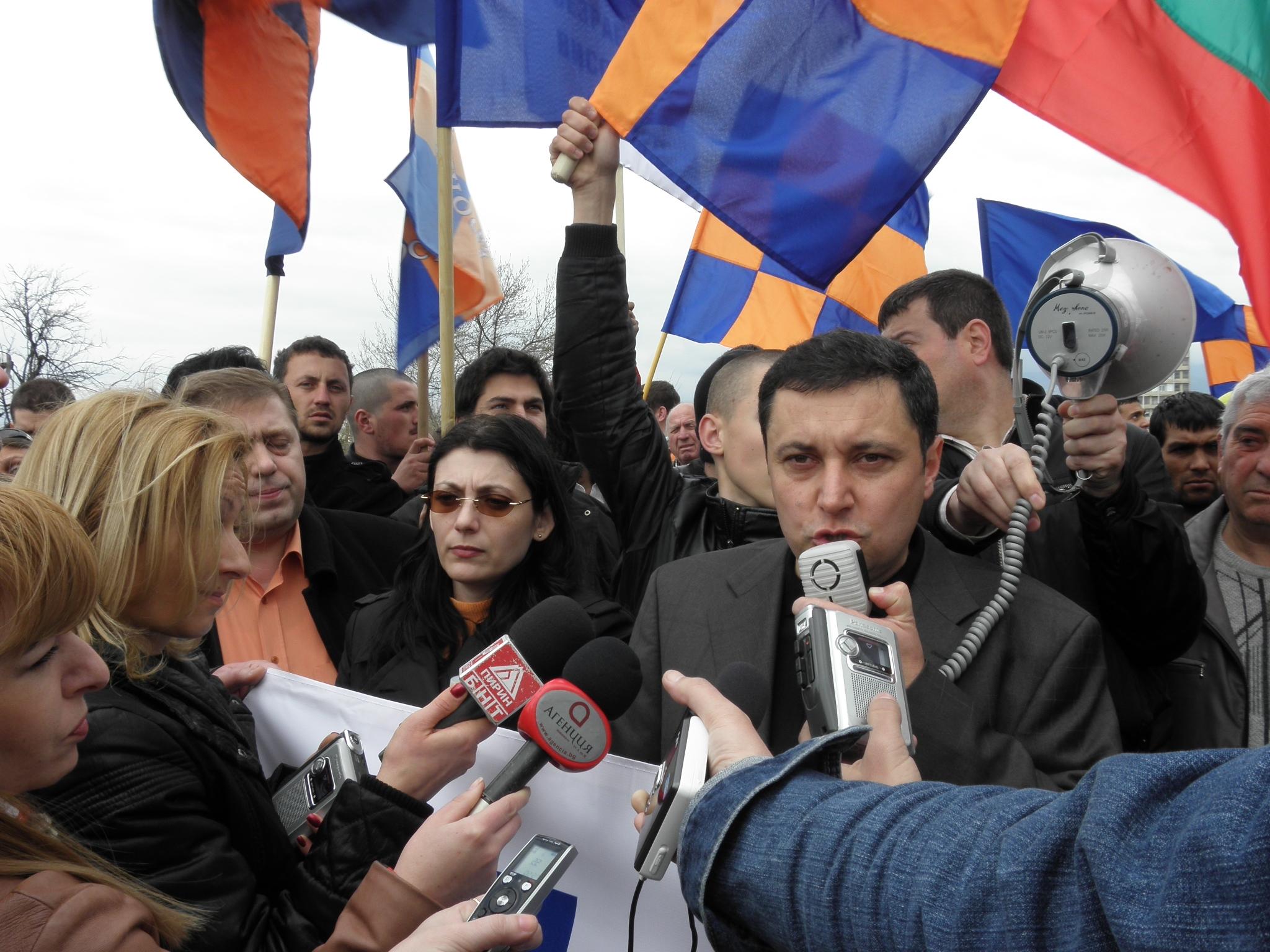 Яне Янев се закани да блокира страната