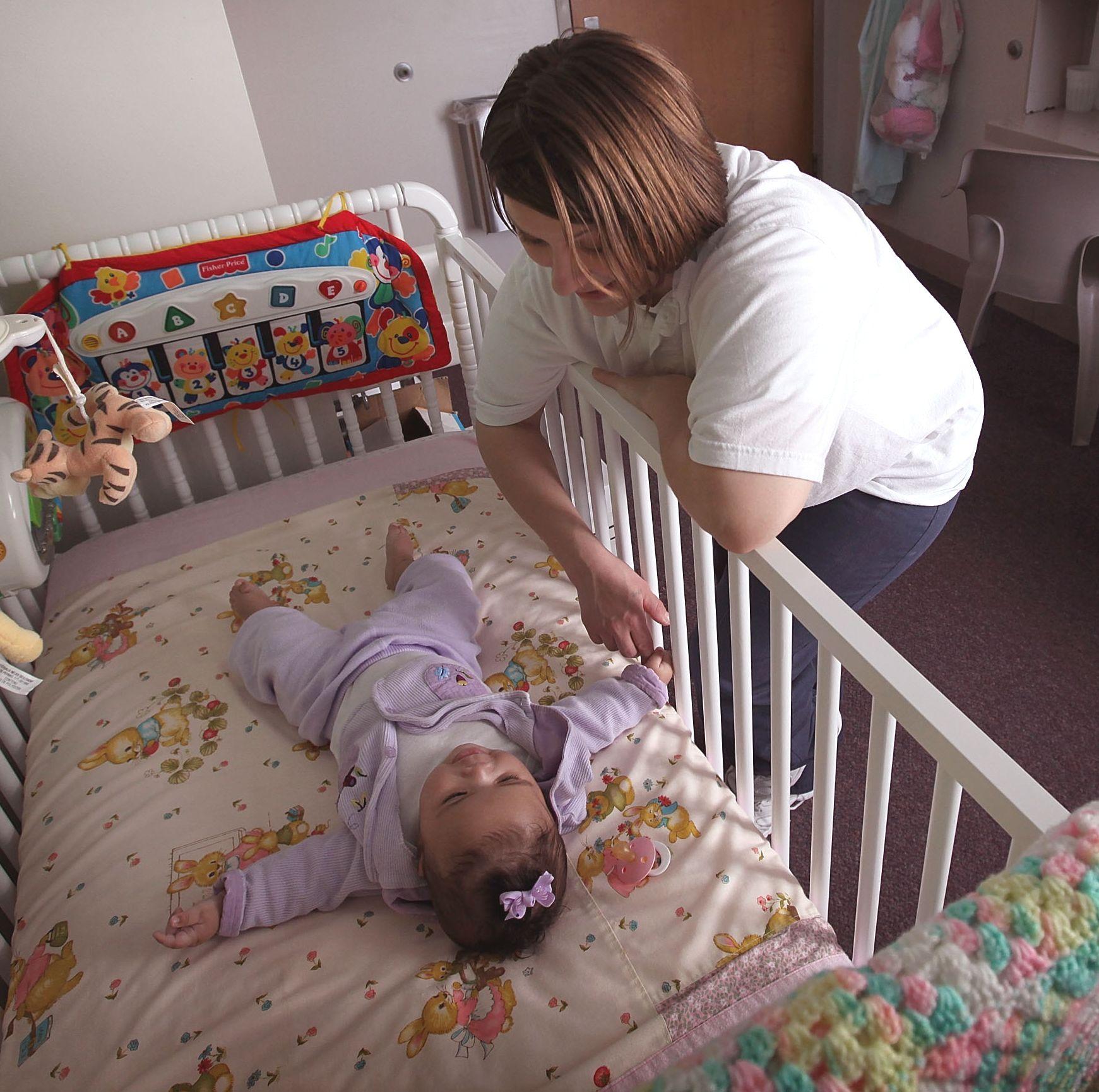 Близостта на родителите помага на бебетата да заспиват