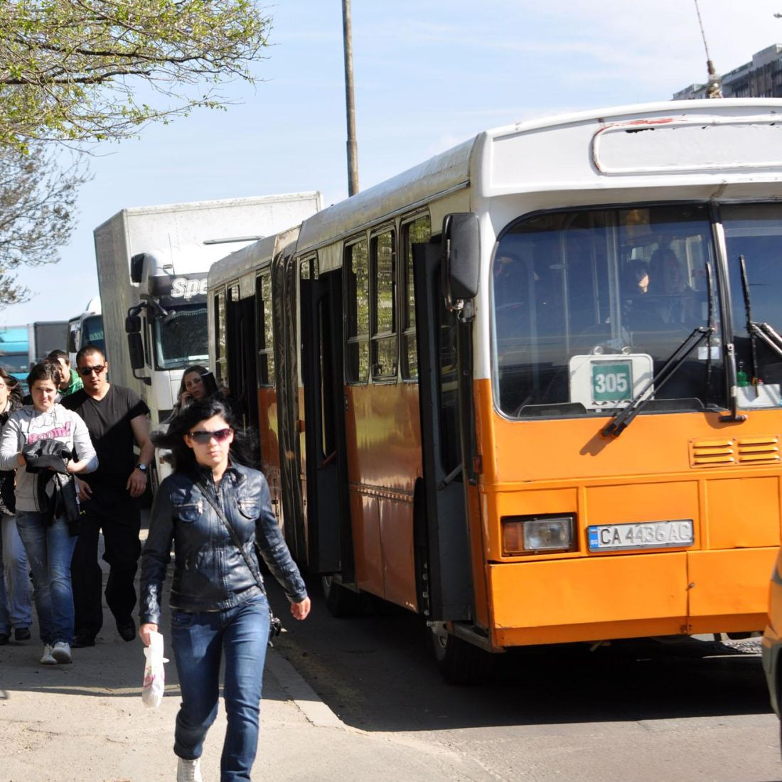 Намалиха глобите за гратисчиите в градския транспорт