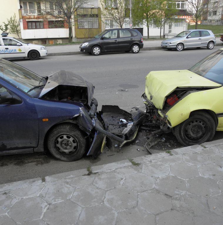 Шофьор помля 2 паркирани коли и избяга