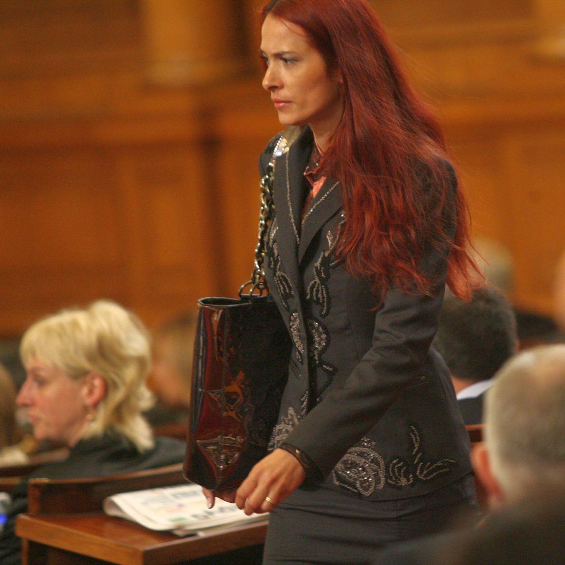Депутат за малко не отнесе велосипедист на зебра