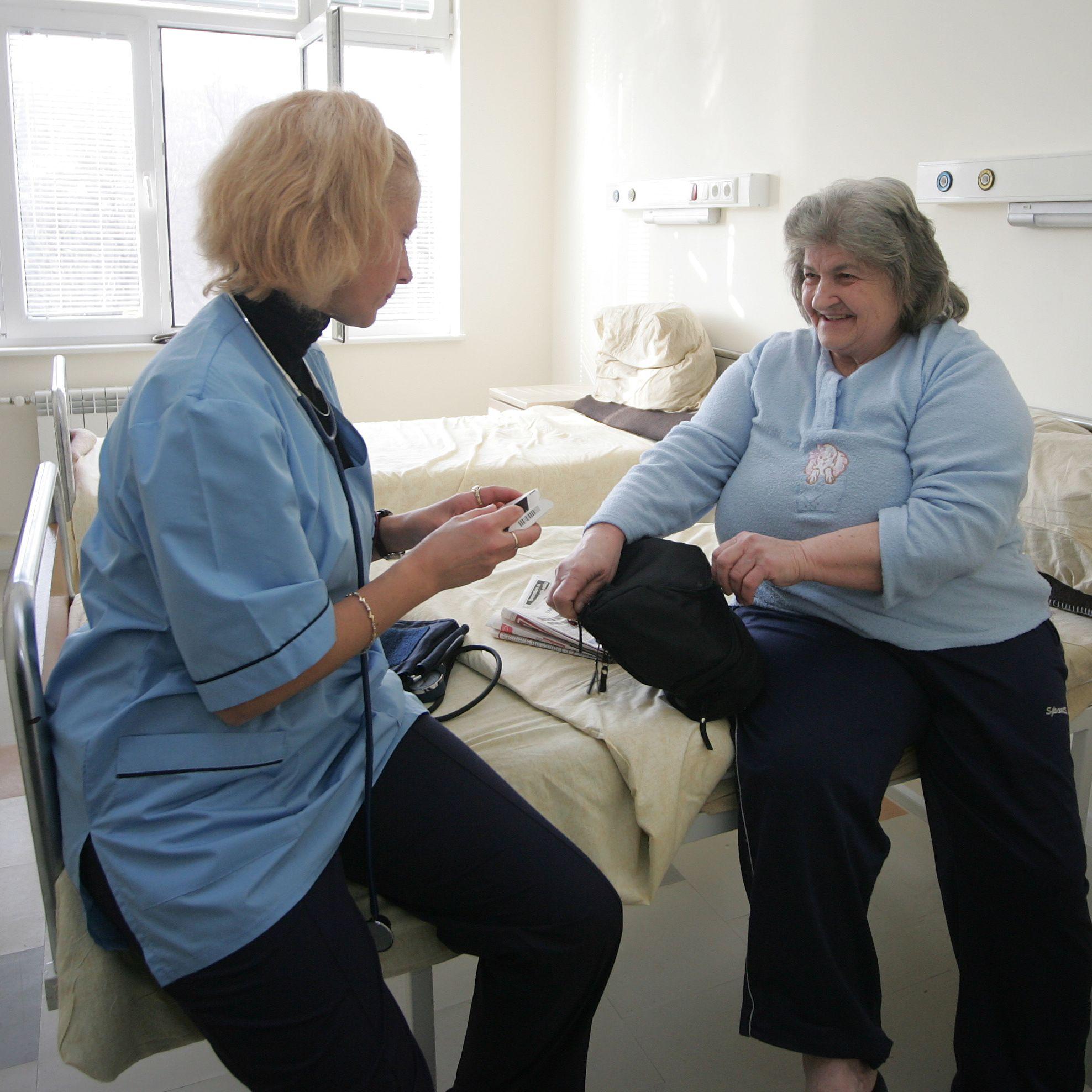 Не достигат близо 11 хиляди медицински сестри
