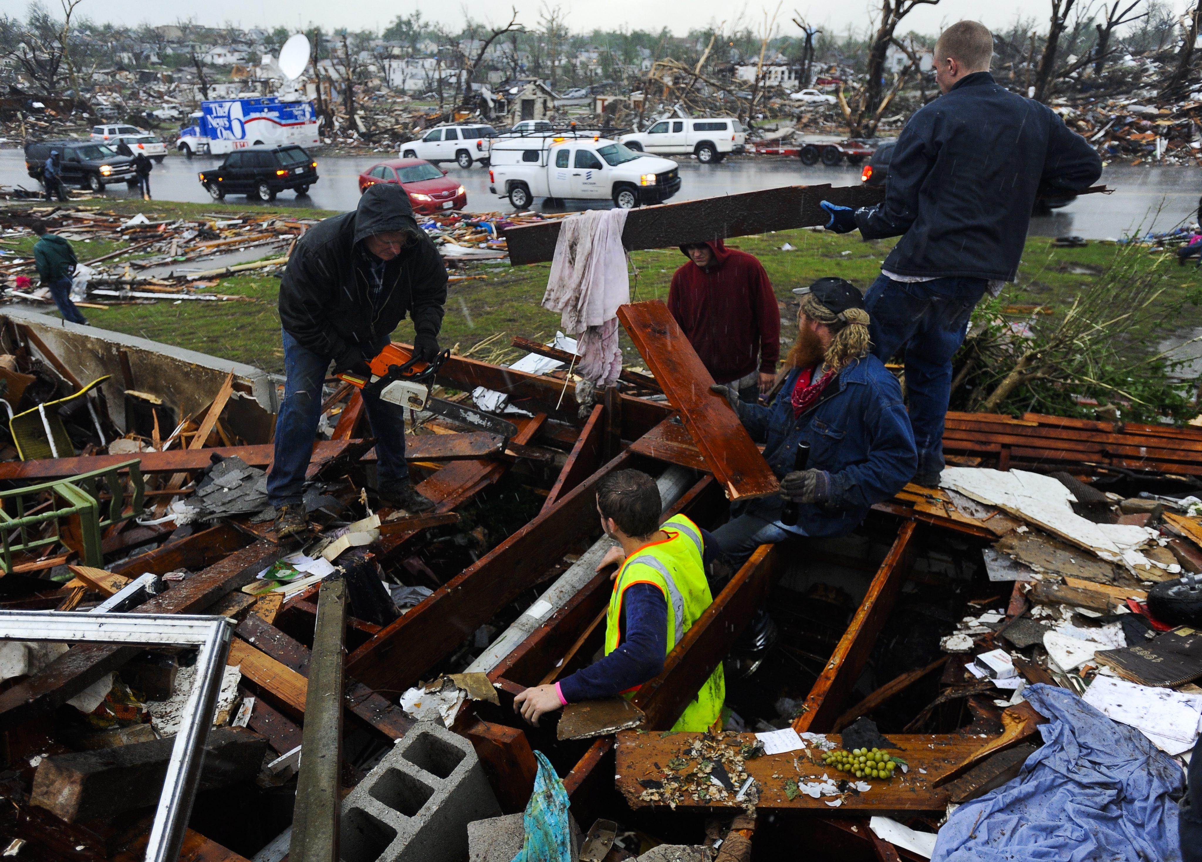 Над 100 убити и 1000 ранени след торнадото в САЩ