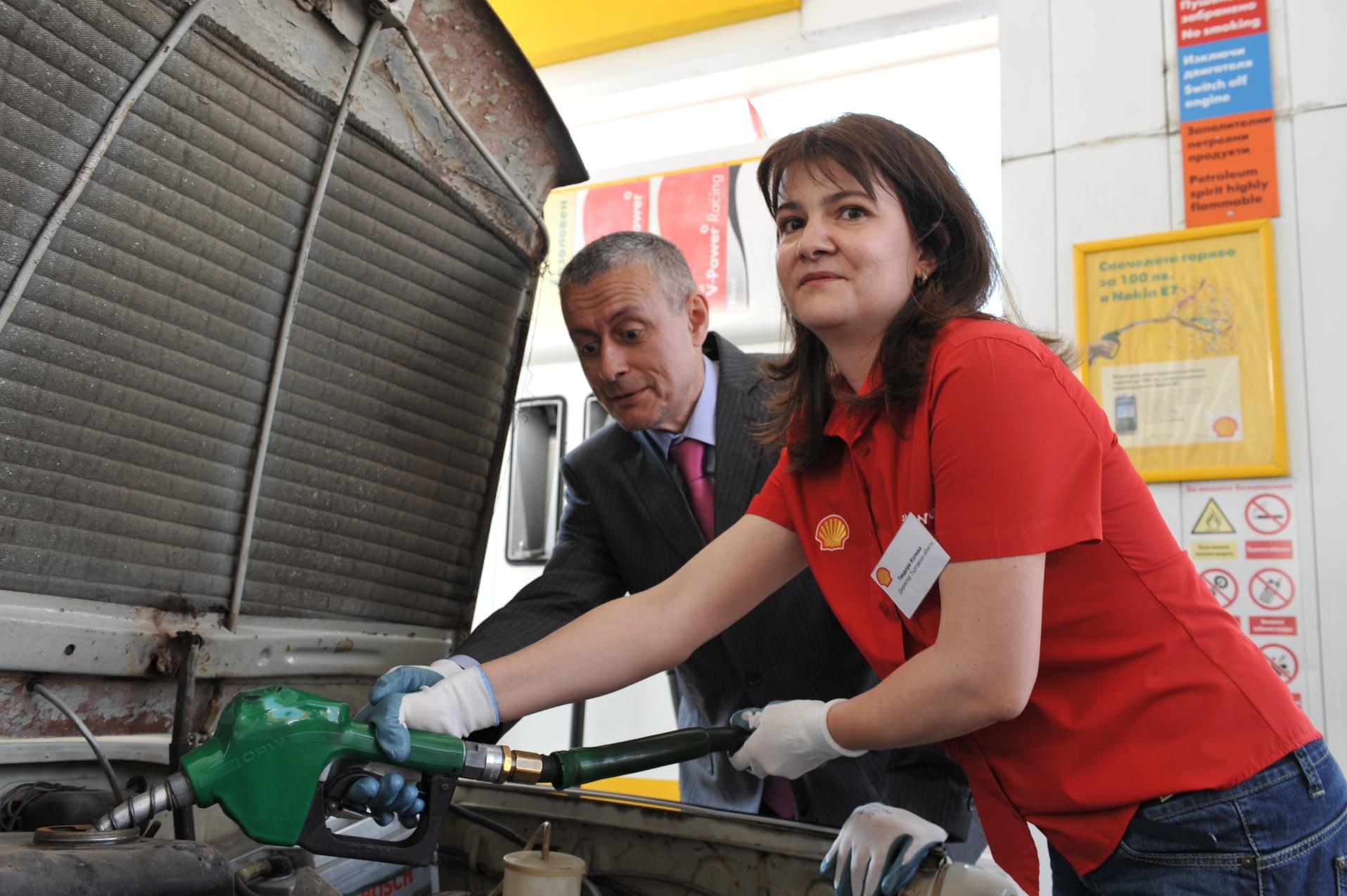 Шефове на Shell станаха за ден бензинджии