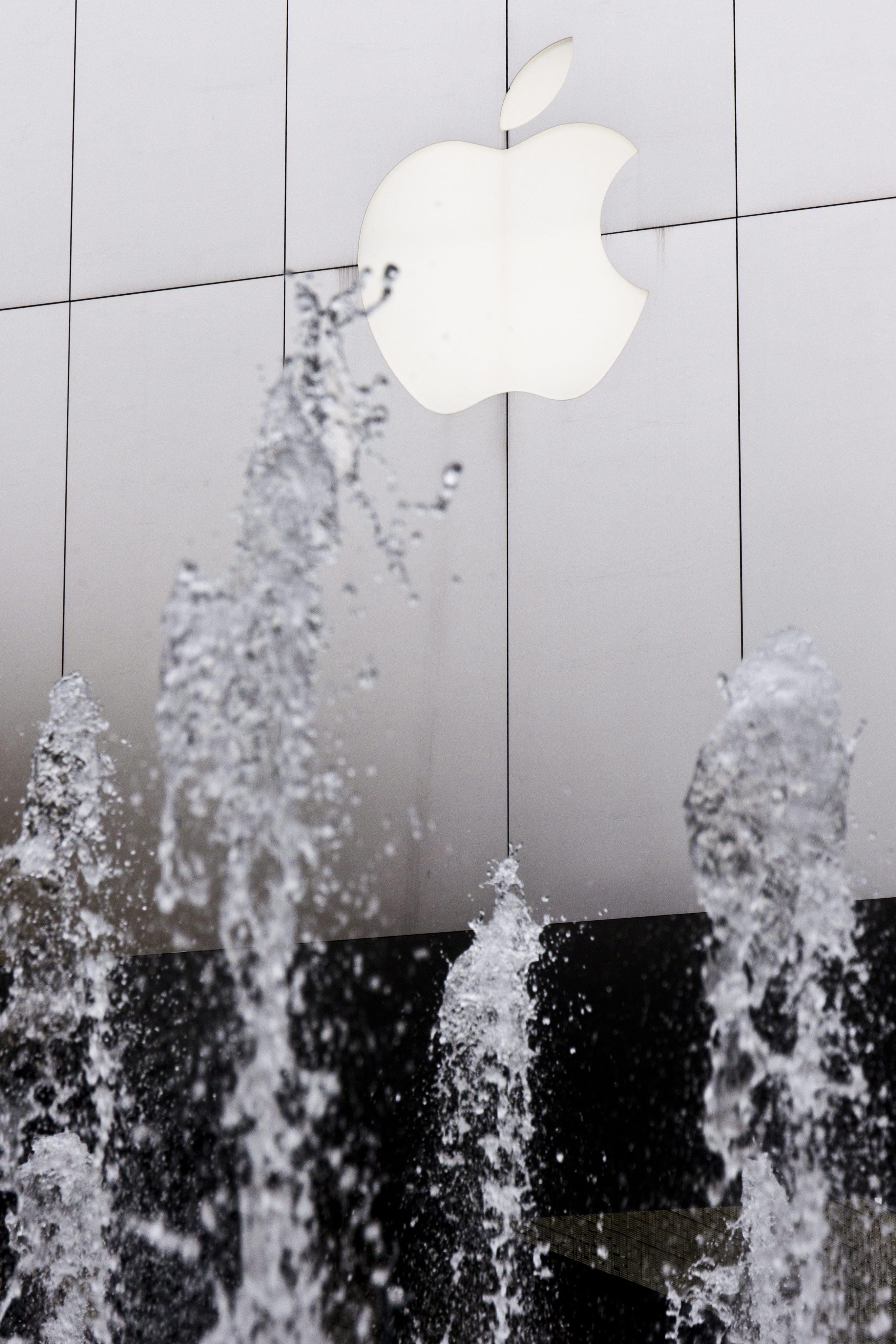 Акциите на Apple тръгнаха надолу