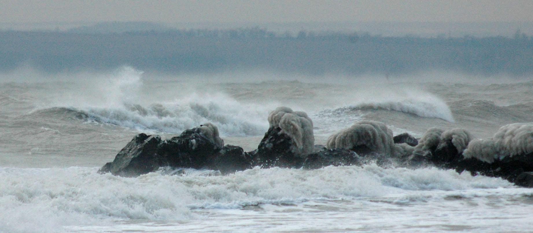 Специални апарати вече мерят вълнението на морето и температурата на водата