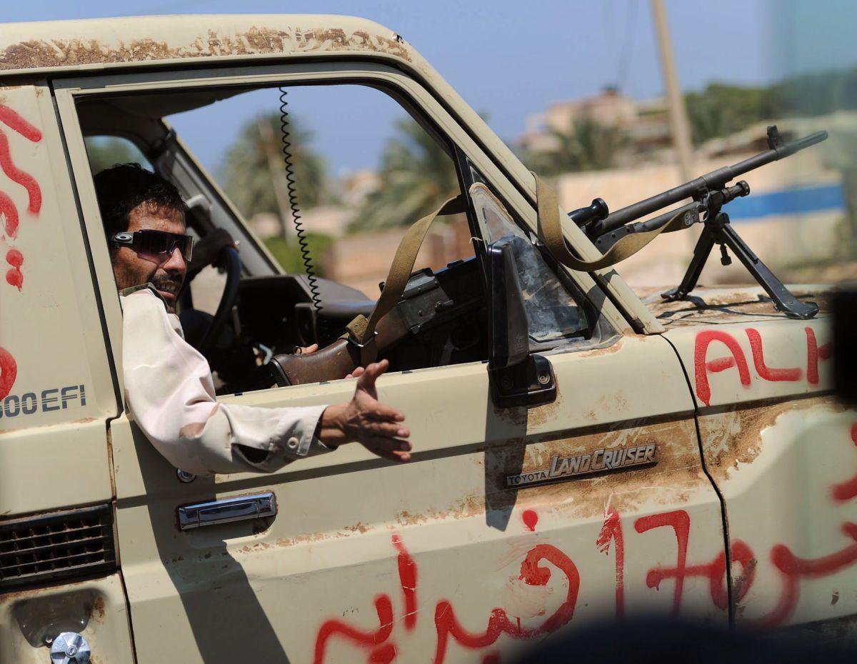 Кадафи бомбардира летището в Триполи, а НАТО - Сирт