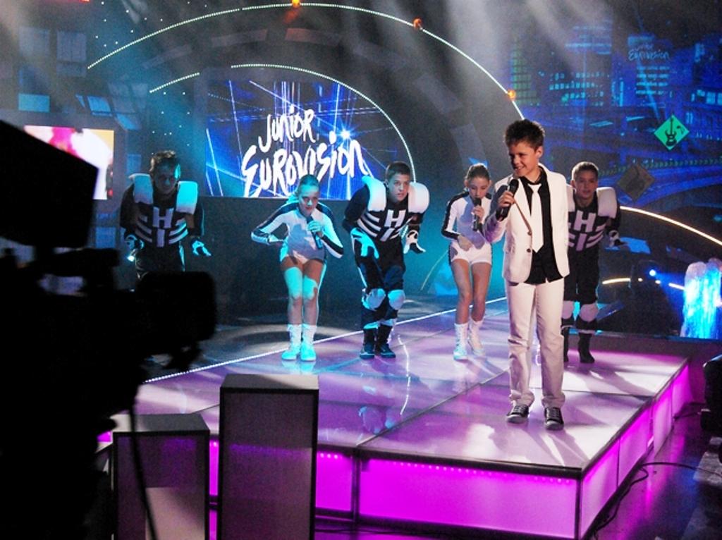 """Конкурсът за Евровизия с ефектно шоу в стил """"Мулен Руж"""""""