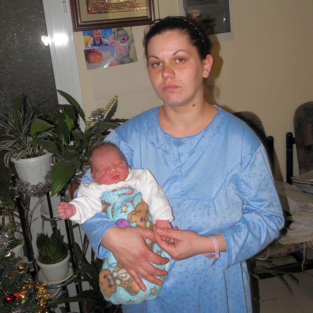 Двете бебета на 2011 и 2012 били родени без брак