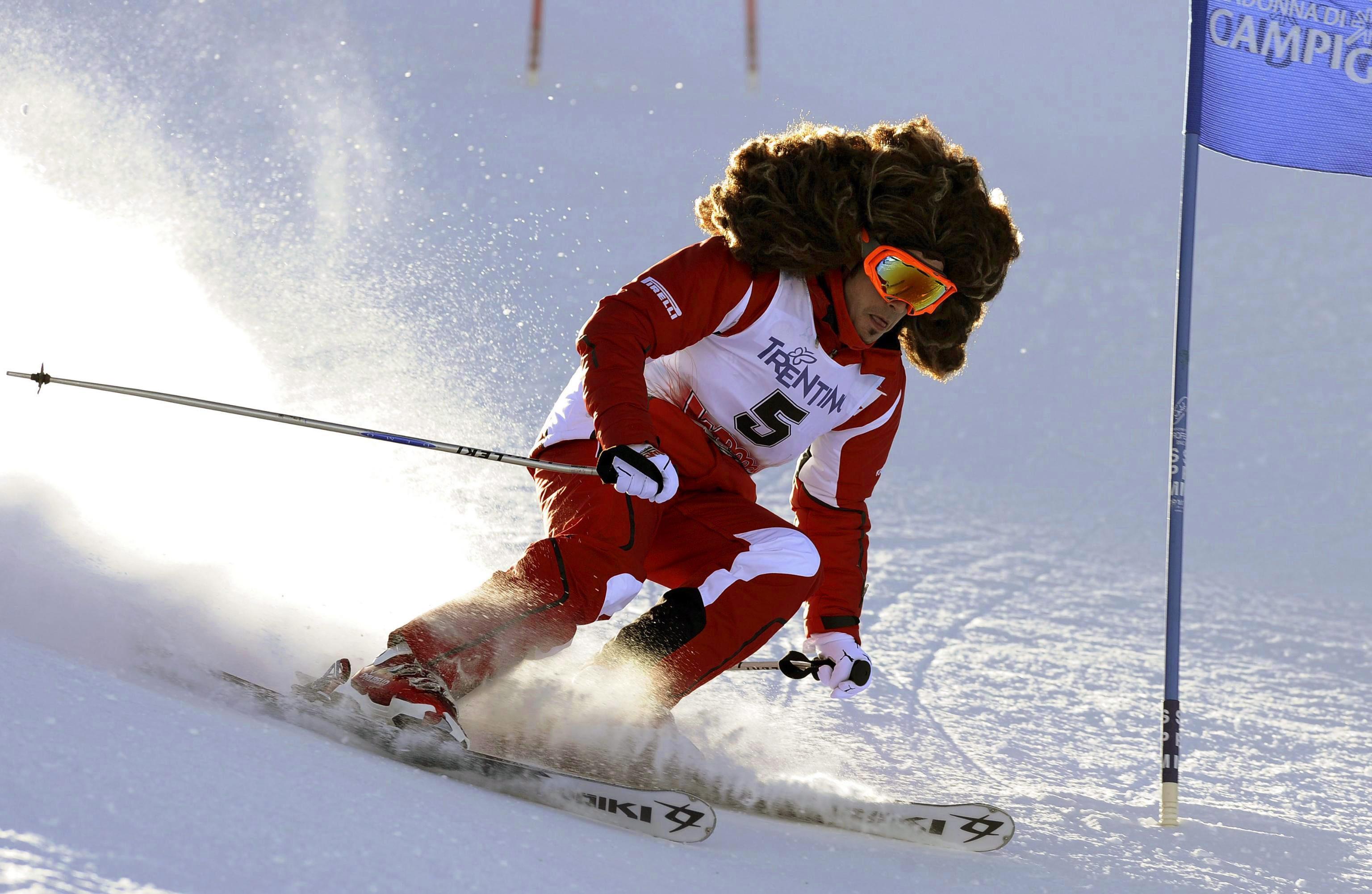 Фернандо Алонсо покара ски с огромна перука