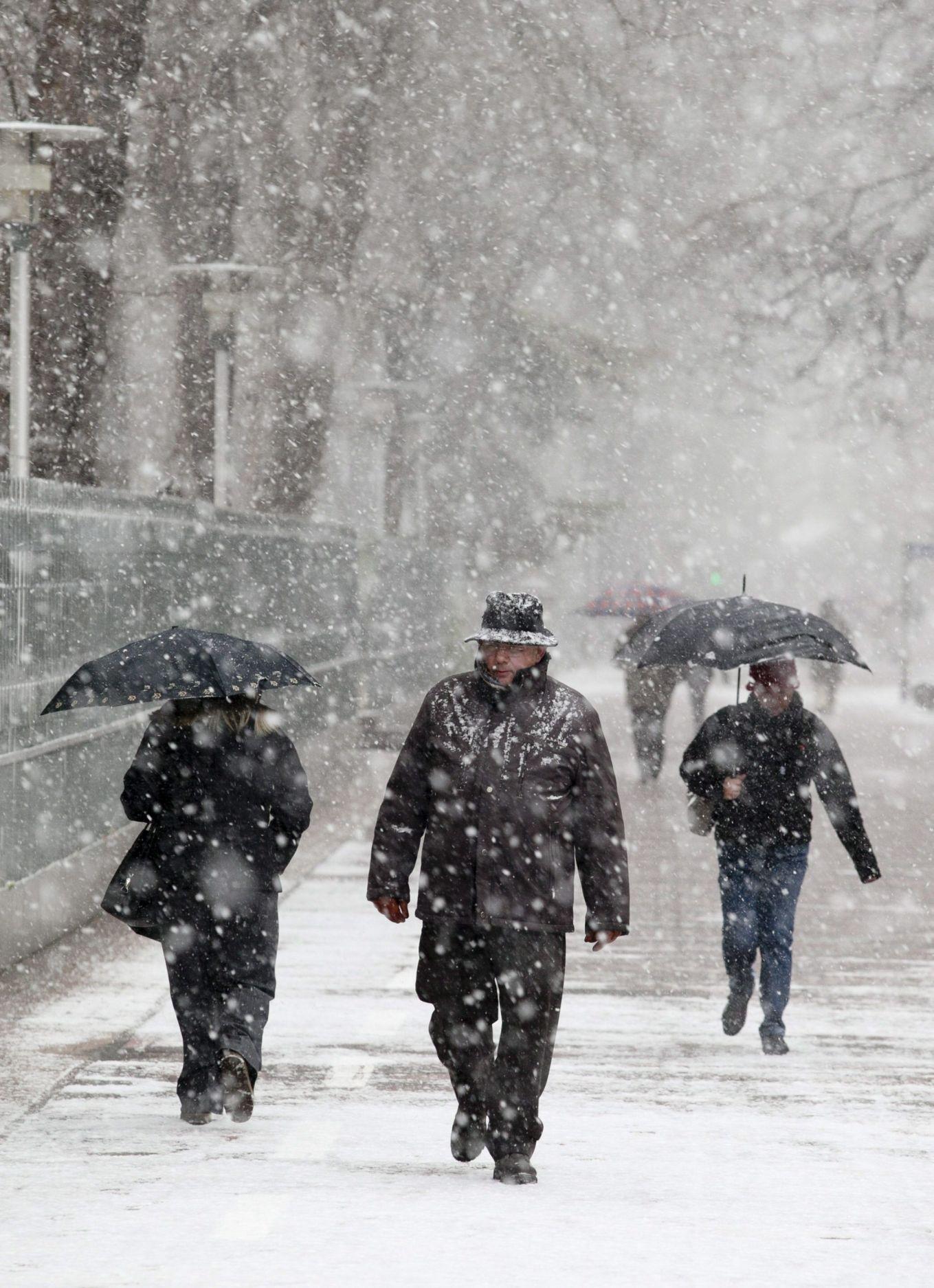 Снеговалежи и студ в следващите дни