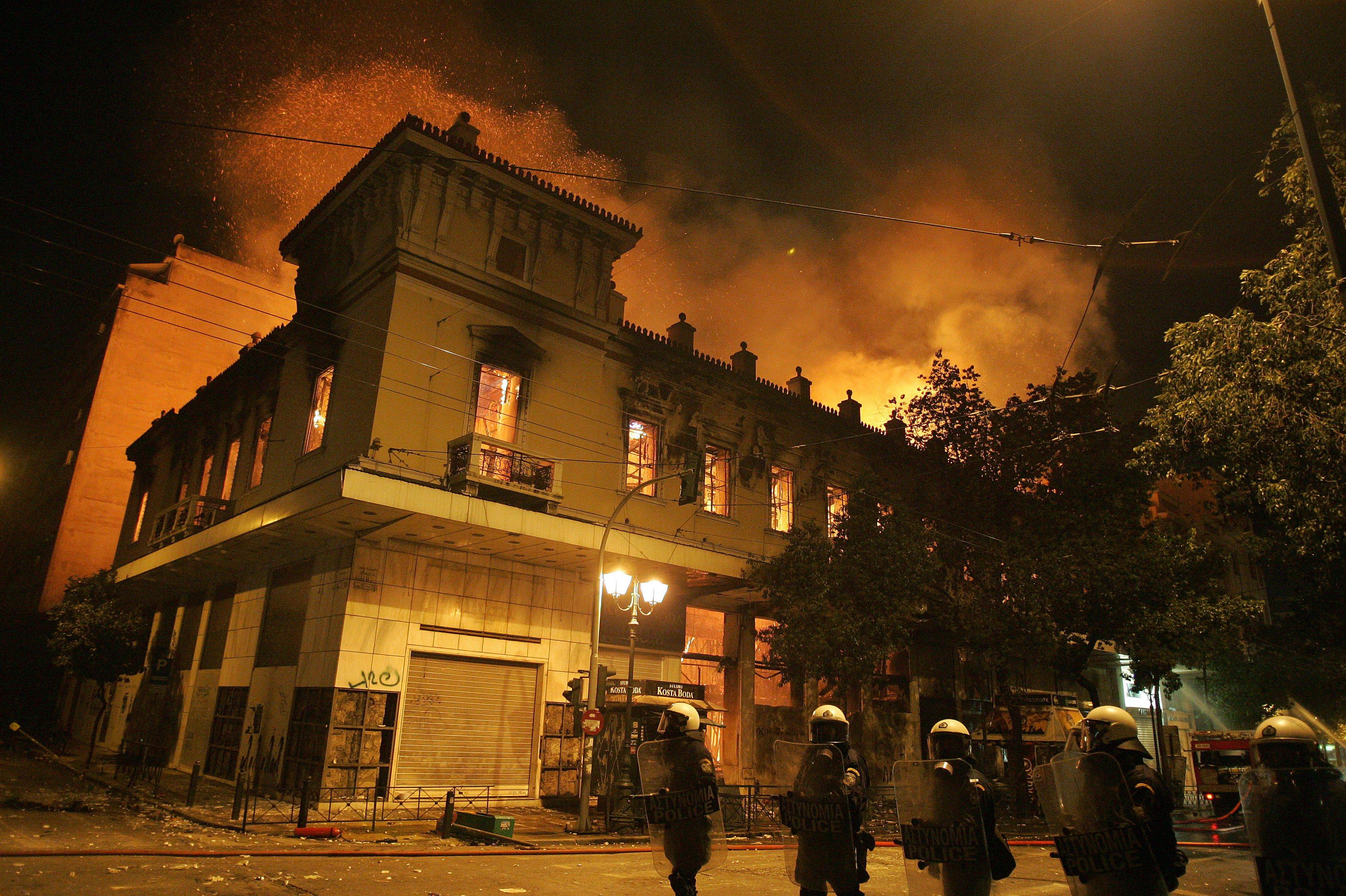 Гърция одобри икономиите сред кървави сблъсъци
