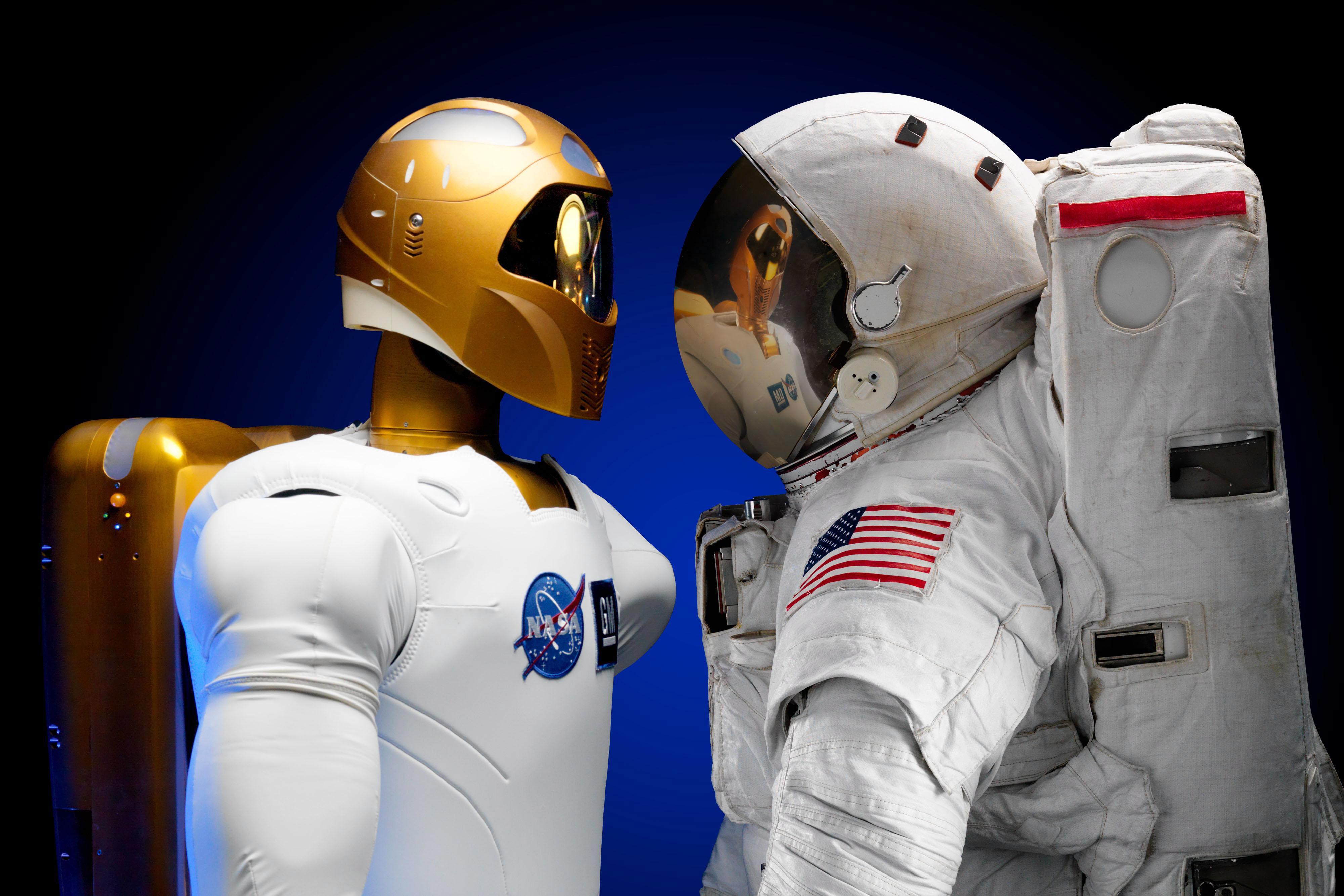 Човек и робот се ръкуваха в Космоса