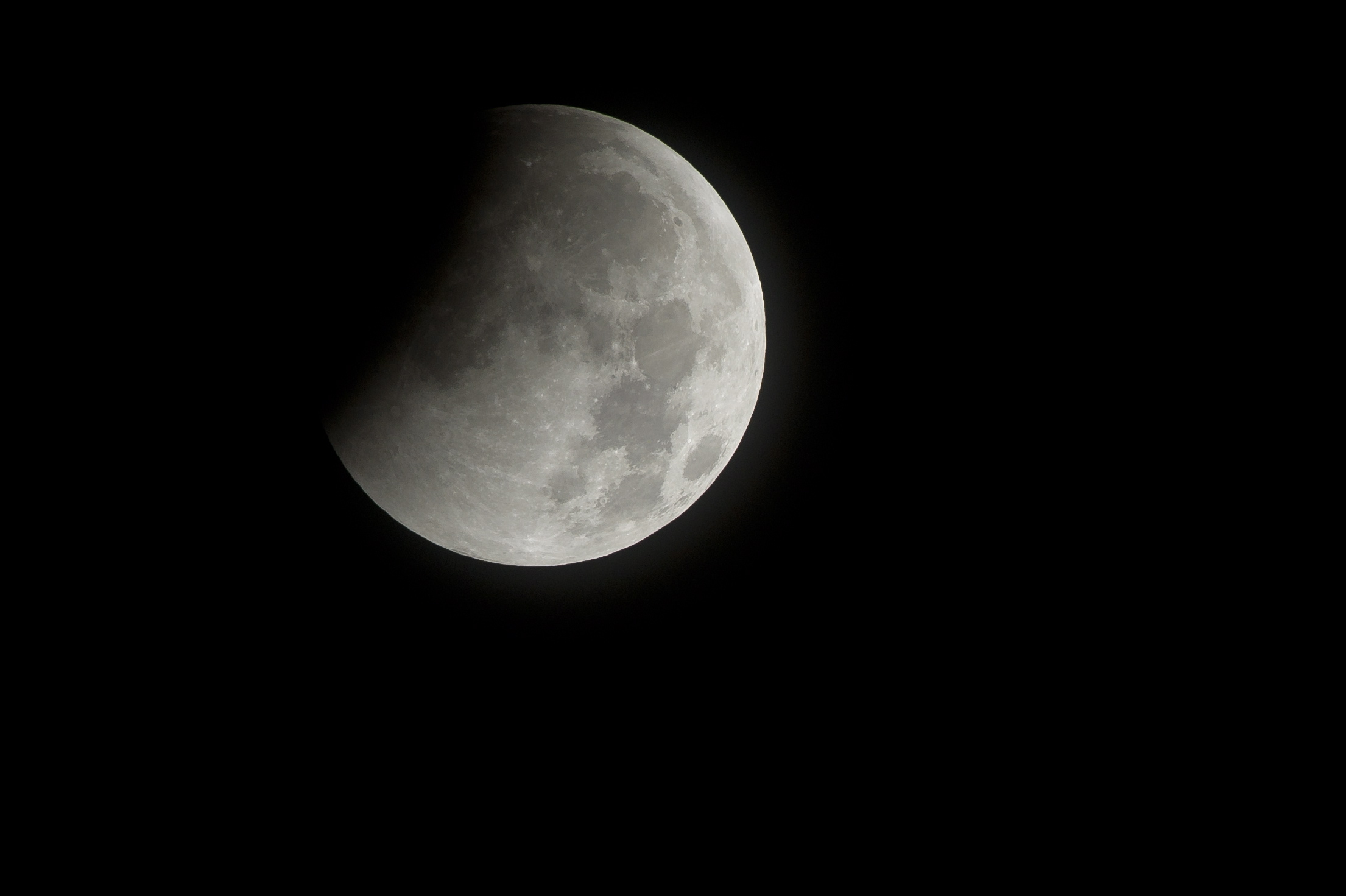 НАСА откри скорошна геоложка активност на Луната