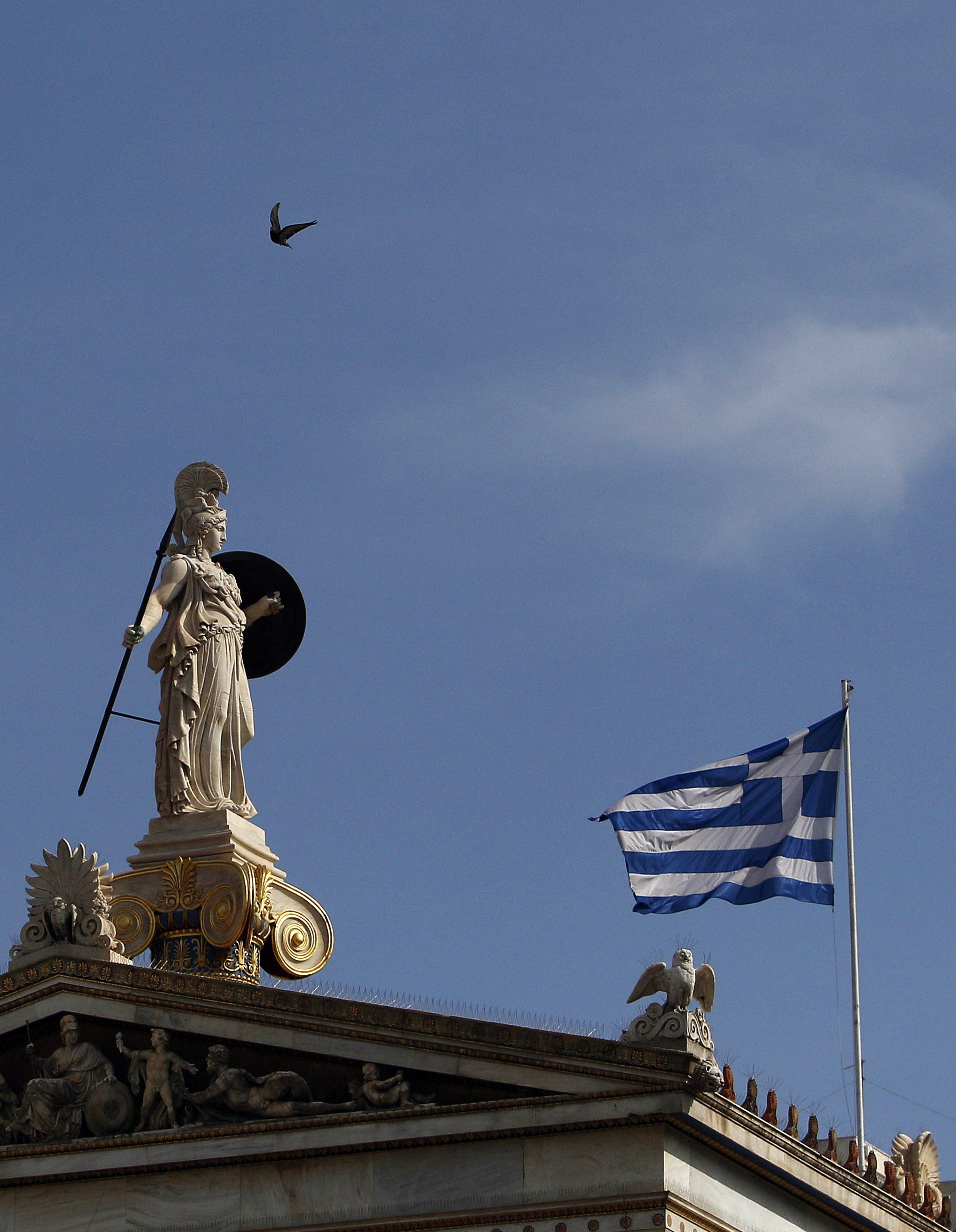 Гърция замразява разходи, пести за юлските пенсии и заплати