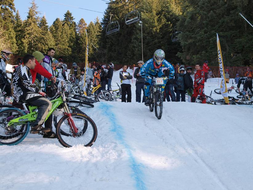 Снежна байк надпревара се проведе в Боровец