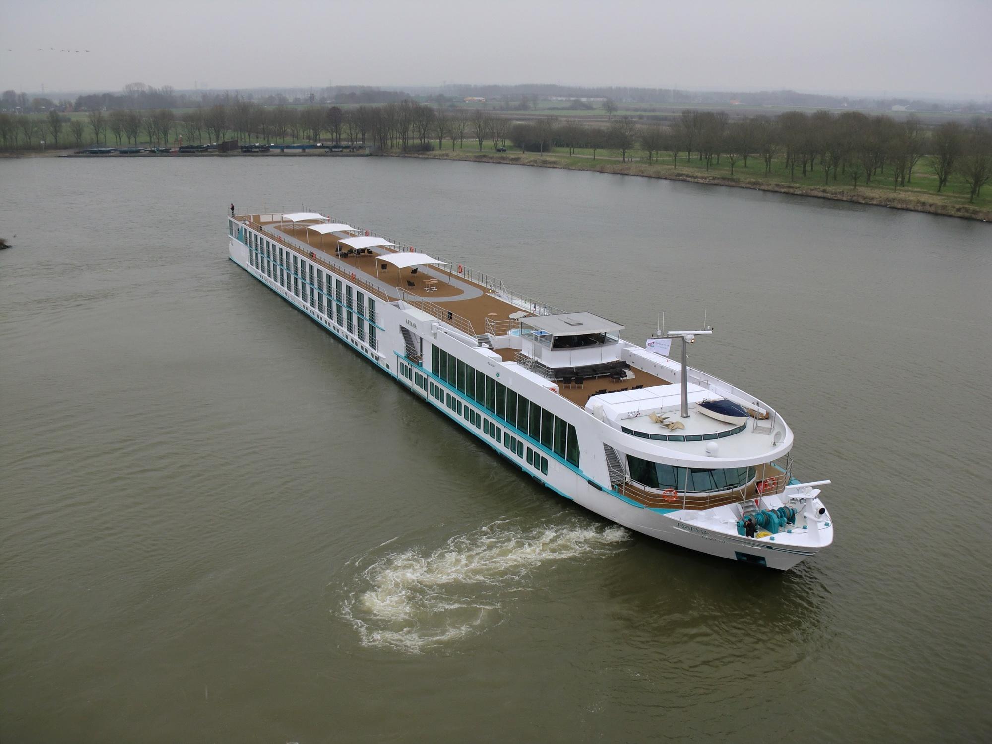 Нов кораб тръгва по Дунав