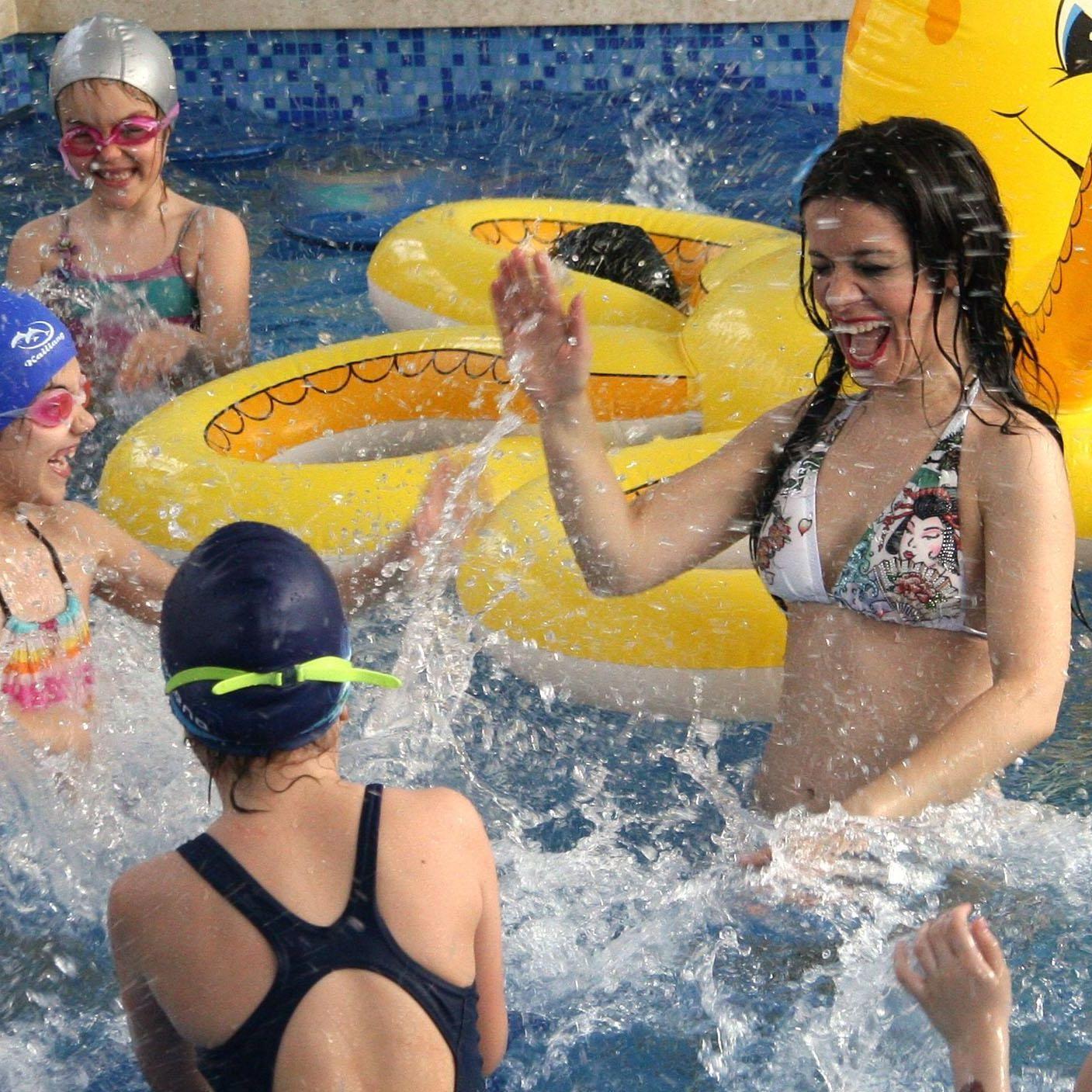 Елица Тодорова игра хоро в басейн за Деня на водата