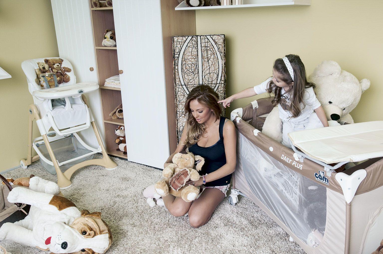 Николета обзаведе детската стая за дъщеря си в бяло