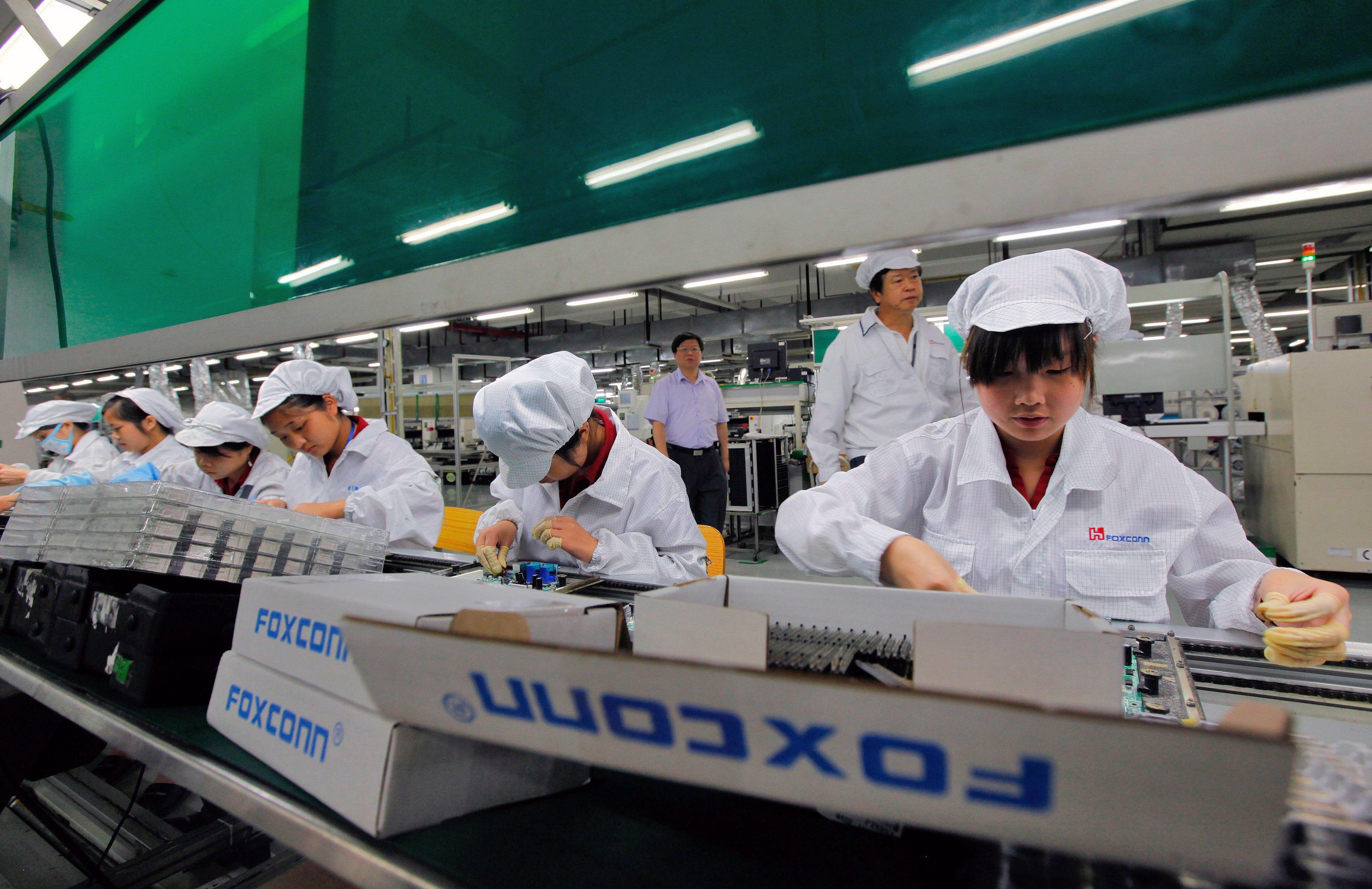 Заводът на Foxconn в Китай възобнови работа