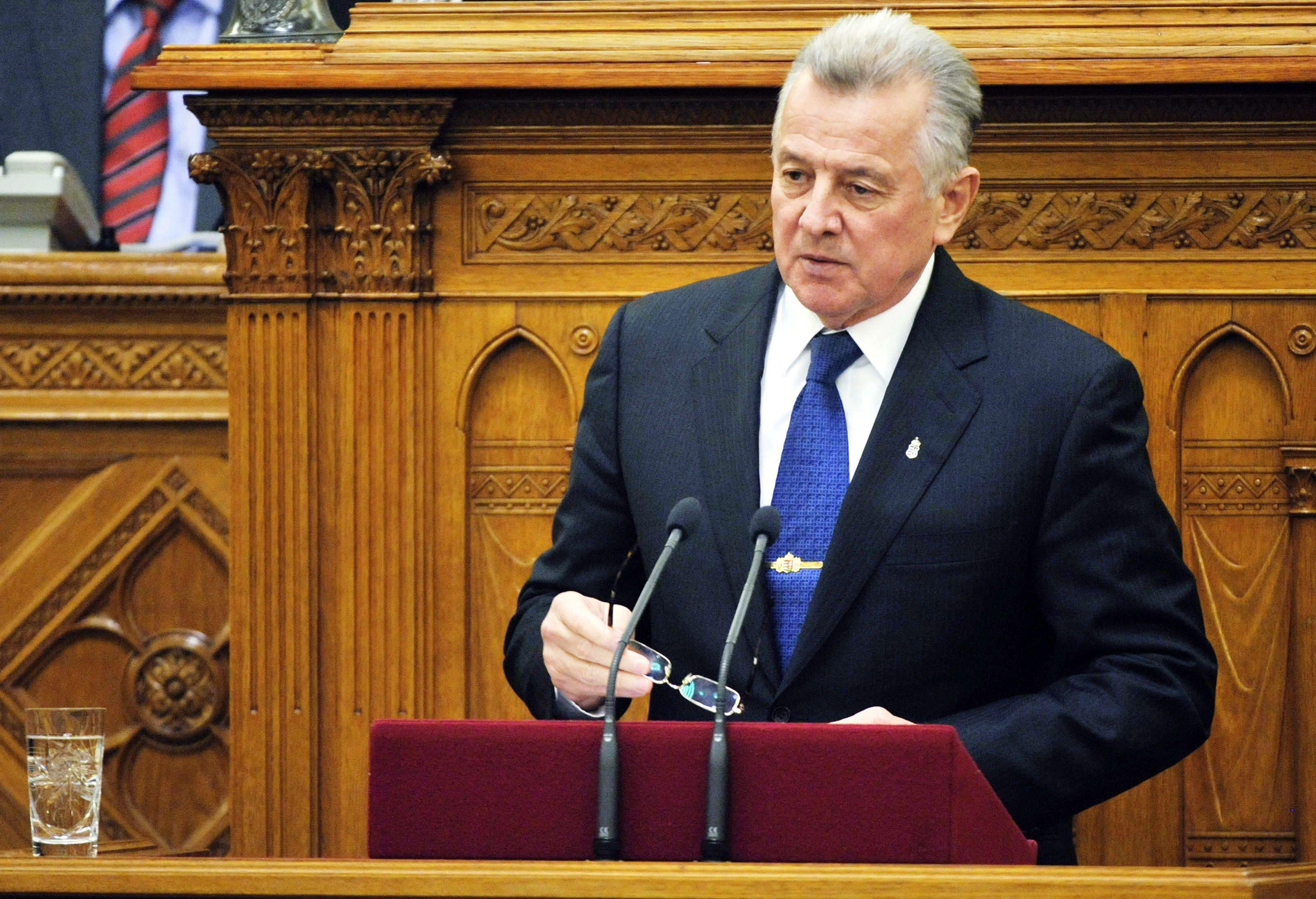 Унгарският президент подаде оставка заради плагиатството от българин