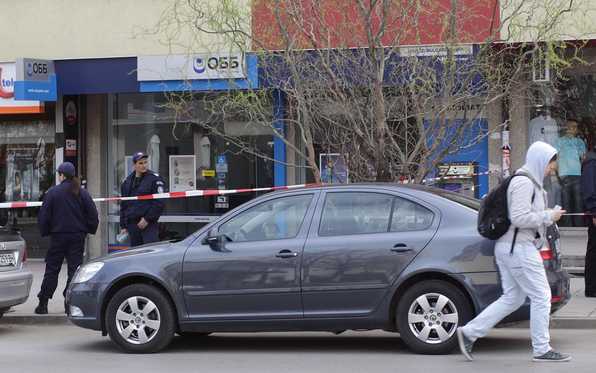 Въоръжени обраха 215 000 лв. от банков клон в Студентски град