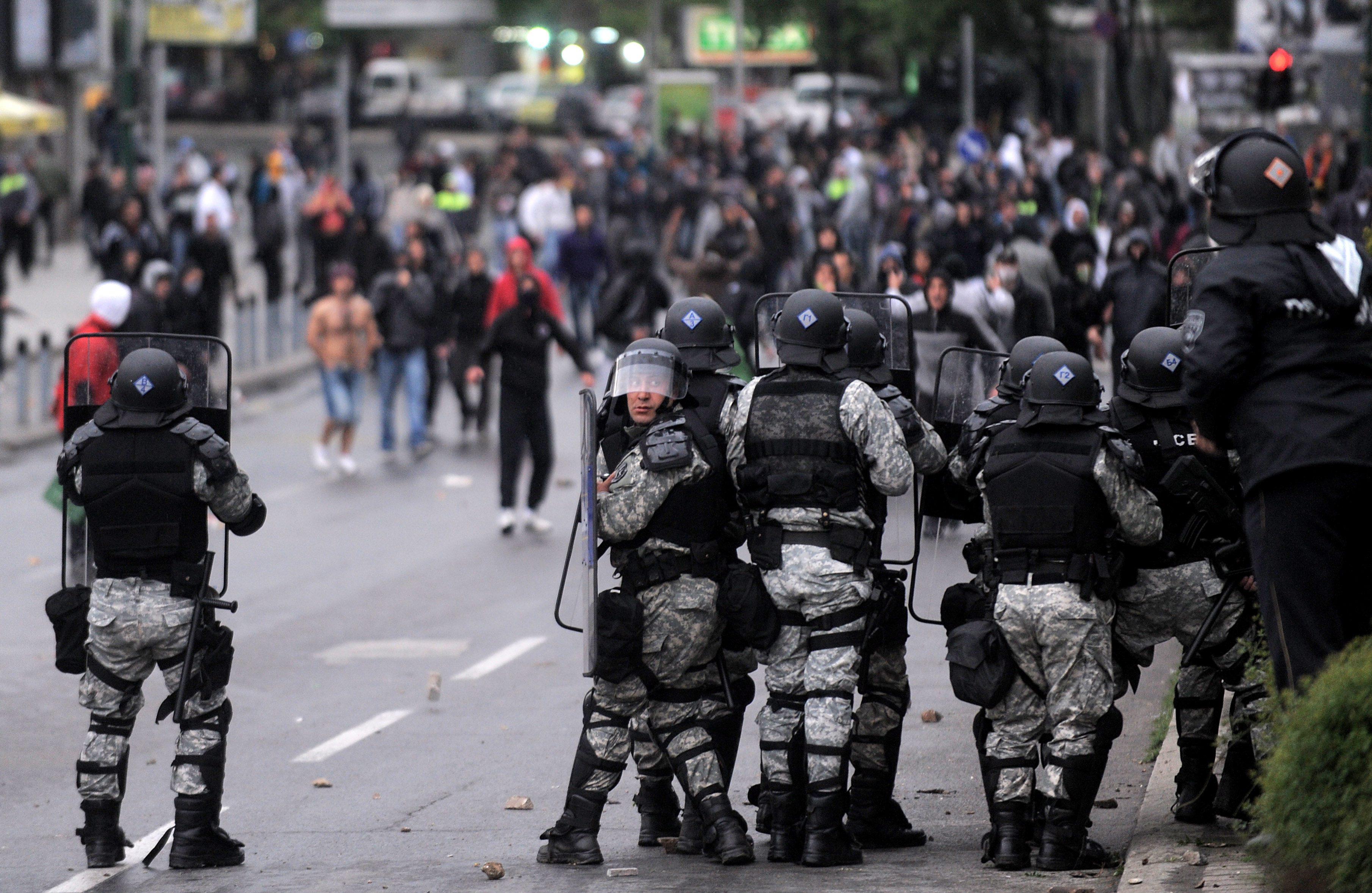 Улични сблъсъци след масовата екзекуция край Скопие