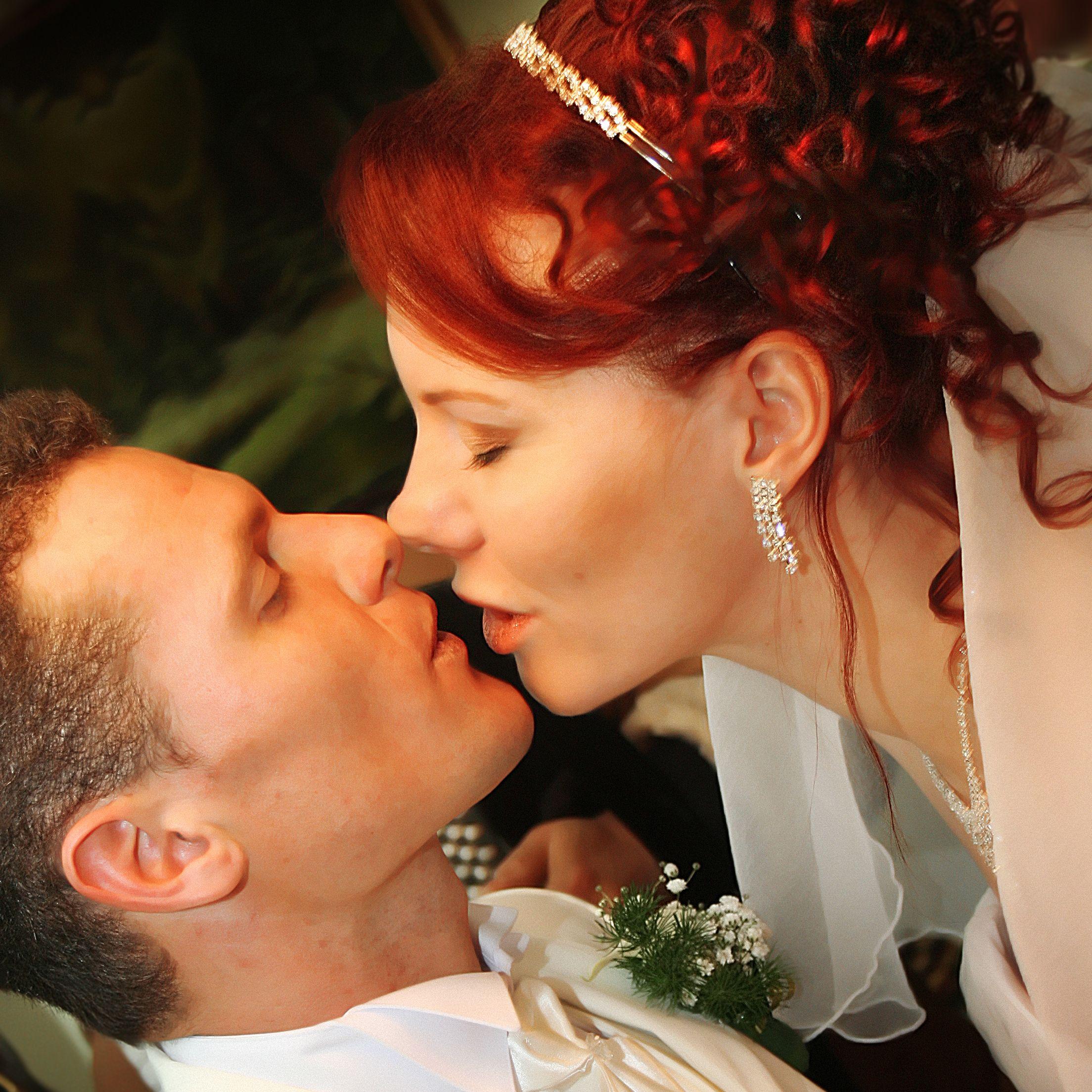 Младоженци дадоха на търг първата си брачна нощ