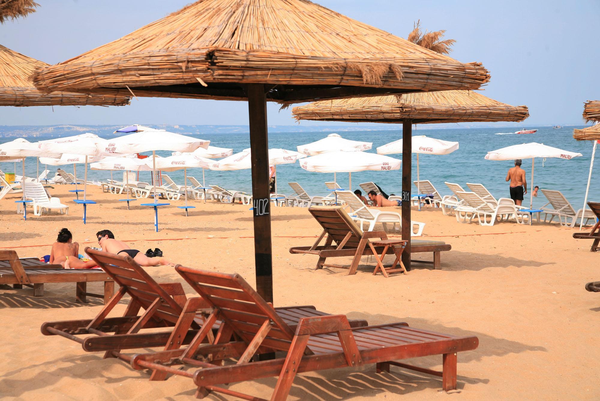 Чадърите на плажа - от 36 ст. до 8 лева