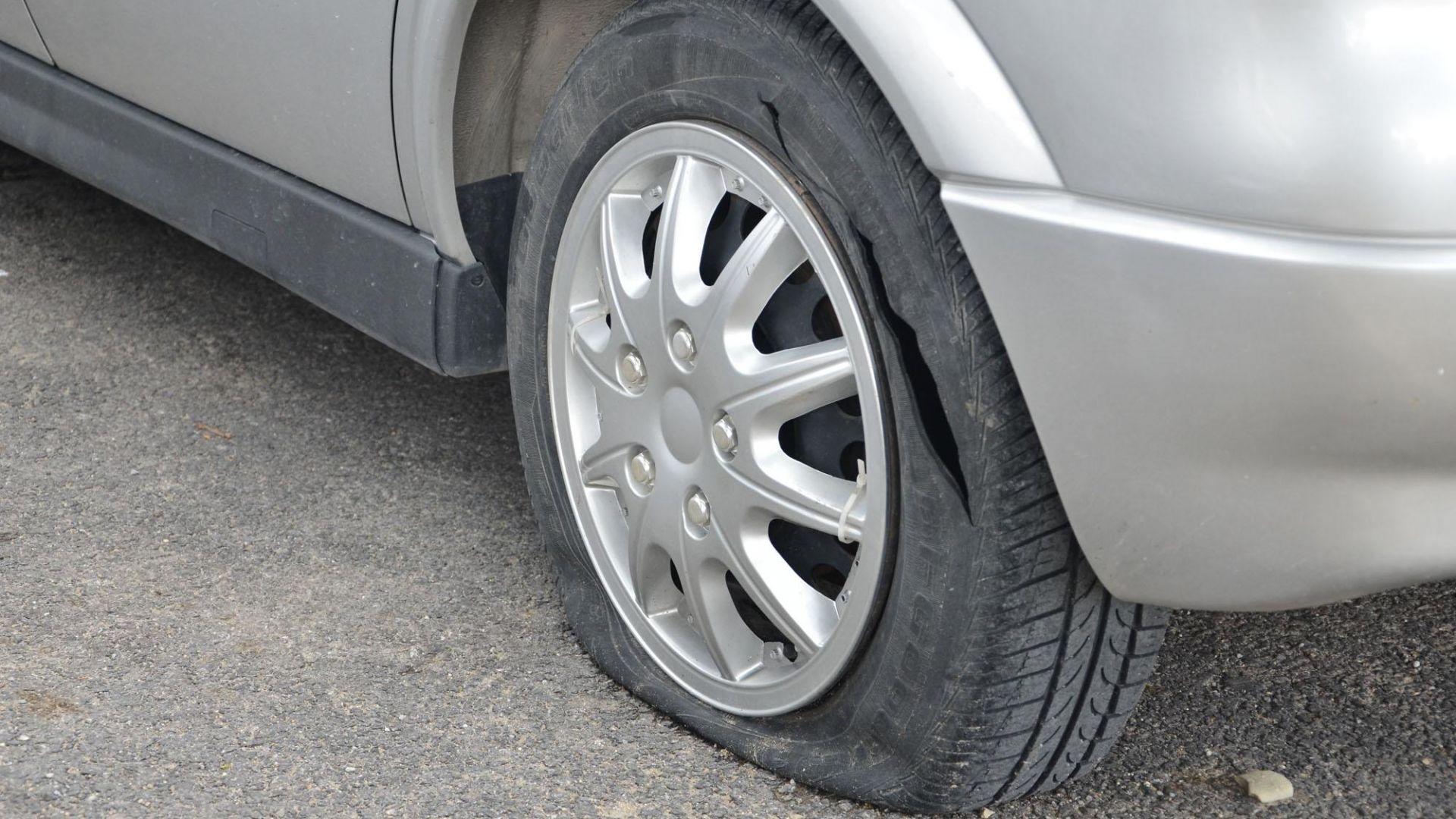 Спукаха всички гуми на БМВ в Русе