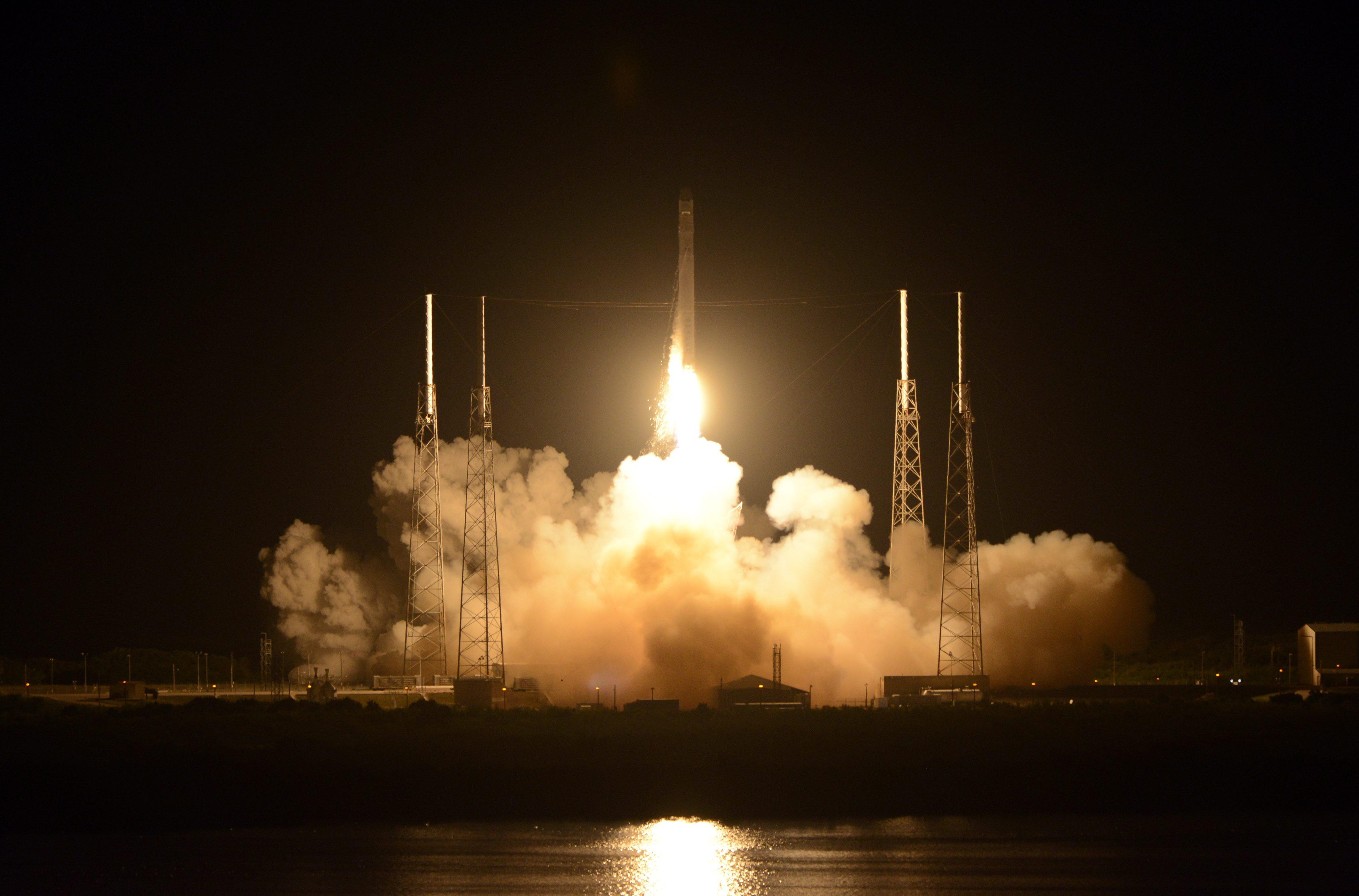 Първият частен космически кораб излетя към МКС