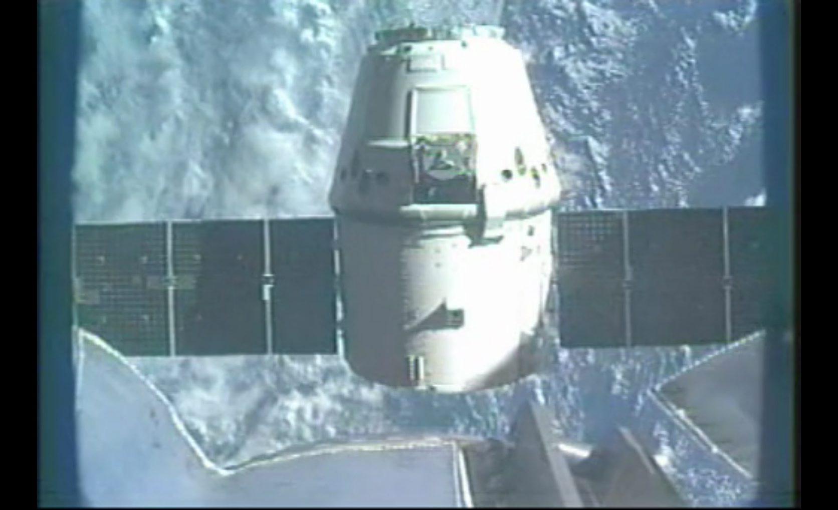 Първият частен космически кораб се завърна от мисия
