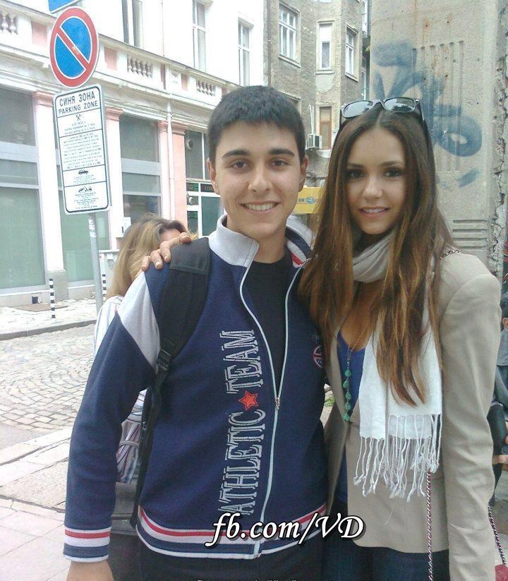Нина Добрев е в София, снима се с фенове