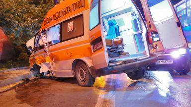 Петима ранени при сблъсък между такси и линейка в София
