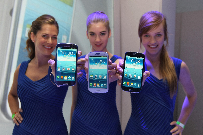 """Samsung разследва """"експлодирал"""" смартфон"""